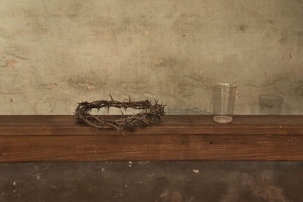 Crown of thorns and an empty glass, in the church of Saint Anthony. Cuglieri (OR), Italy. Tuesday, 27/03/2018 - Corona di spine e un bicchiere vuoto, nella chiesa di Sant'Antonio.